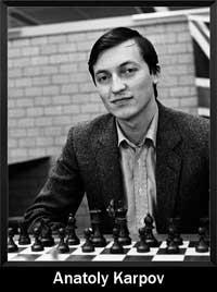 Anatoly Karpov sonriendo de frente a la cámara y abajo un tablero de ajedrez - campeón del mundo - Campeón mundial