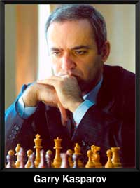Garry Kasparov con la mirada perdida pensando con un tablero de ajedrez - campeón del mundo - Campeón mundial
