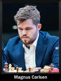 Magnus Carlsen mirando el tablero de ajedrez y pensando - campeón del mundo - Campeón mundial