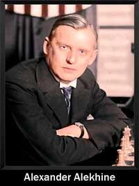 Alexander Alekhine mirando a la cámara mientras juega al ajedrez