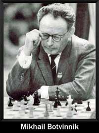 Mikhail Botvinnik jugando al ajedrez y pensado