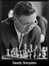 Vasily Smyslov mirando el tablero de ajedrez pensando