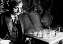 Emanuel Lasker mirando el tablero de ajedrez en foto blanco y negro