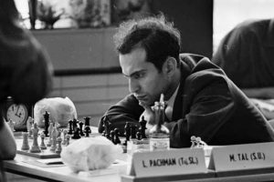 Mijail Tal pensando y mirando fijo al tablero de ajedrez, jugando con Pachman