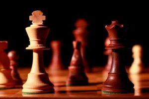 ajedrez en primero plano rey blanco y dama negra