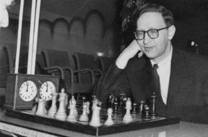 Vasili Smyslov sonriendo mirando el tablero de ajedrez