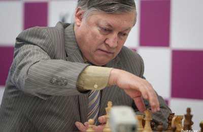 Anatoli Karpov foto a color jugando al ajedrez en tablero
