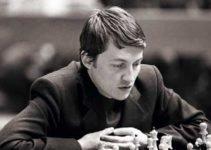 Anatoli Karpov jugando al ajedrez pensando foto blanco y negro