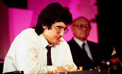 Kramnik joven con anteojos jugando al ajedrez en torneo