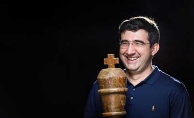 kramnik se retira del ajedrez, una foto que Vladimir kramnik con un rey gigante en sus manos