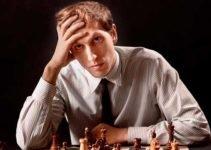 bobby fischer jugando al ajedrez cocando su frente con la mano derecha