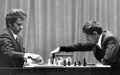 fischer y boris spassky en el Match del siglo jugando al ajedrez
