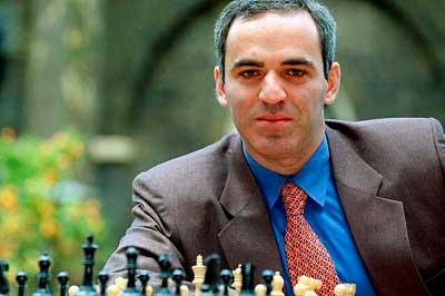 Retiro de el ogro de bakú del ajedrez foto mirando a la cámara con un tablero de ajedrez
