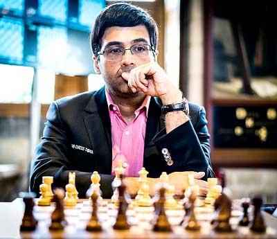 Viswanathan Anand mirando de frente con la mirada perdida jugando al ajedrez en torneo