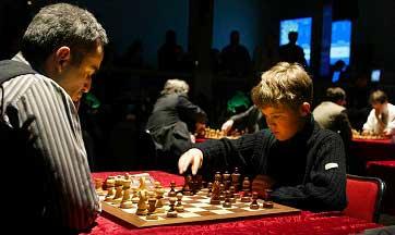 Pequeño Magnus Carlsen vs Garri Kaspárov jugando al ajedrez