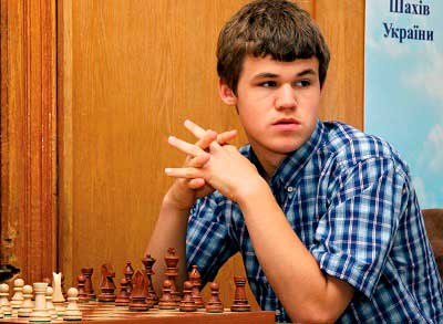 Magnus Carlsen 2008 18 años mirando a su izquierda con un tablero de ajedrez