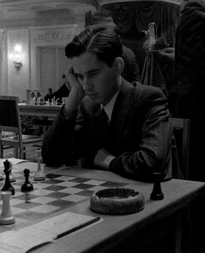 Paul Keres jugando al ajedrez joven