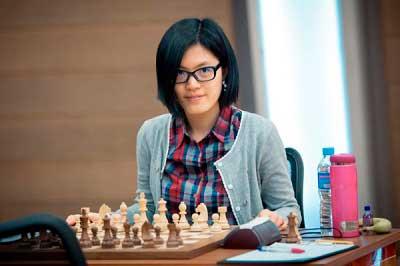Hou Yifan en un tablero de ajedrez