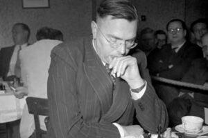 Max Euwe pensando y jugando al ajedrez
