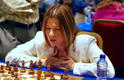 Susan Polgar pensando en medio de un torneo